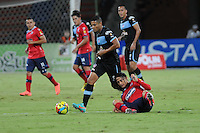 MEDELLÍN -COLOMBIA -01-06-2013. Giovanny Hernández (D) del Medellín disputa el balón con un jugador (I) del Junior durante partido de la fecha 18 de la Liga Postobón 2013-1 jugado en el estadio Atanasio Girardot de la ciudad de Medellín./ Medellin's Player Giovanny Hernandez (L) fights for the ball with Junior player (L) during match of the 18th date of Postobon  League 2013-1 at Atanasio Girardot stadium in Medellin city. Photo: VizzorImage/Luis Ríos/STR