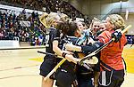 ROTTERDAM - Amsterdam viert feest na  de  finale zaalhockey om het Nederlands kampioenschap tussen de  vrouwen  van Amsterdam en MOP.  Amsterdam wint met 3-2. ANP KOEN SUYK