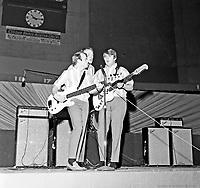 Les Beach Boys en concert ˆ lÕarŽna Maurice-Richard. 19 fŽvrier 1965. De gauche ˆ droite : Al Jardine, Mike Love et Carl Wilson.