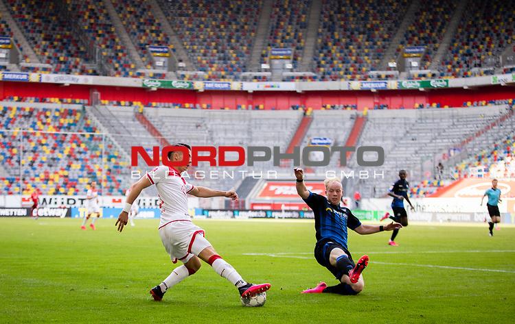 nph00351: Fussball, 1. Bundesliga, Saison 19/20, 26. Spieltag, Fortuna Düsseldorf - FC Paderborn 07, 16.05.2020: Erik Thommy (Fortuna Düsseldorf, l.) im Zweikampf mit Dennis Jastrzembski (SC Paderborn 07), im Hintergrund die leeren Zuschauerränge.<br /> <br /> Foto: Moritz Müller/Pool / Verbreitung via Meuter/nordphoto<br /> <br /> Nur für journalistische Zwecke! Only for editorial use!<br /> <br /> Gemäß den Vorgaben der DFL Deutsche Fußball Liga ist es untersagt, in dem Stadion und/oder vom Spiel angefertigte Fotoaufnahmen in Form von Sequenzbildern und/oder videoähnlichen Fotostrecken zu verwerten bzw. verwerten zu lassen. DFL regulations prohibit any use of photographs as image sequences and/or quasi-video.