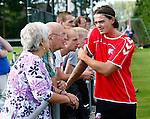 Nederland, Utrecht, 30 juni 2012.Eerste training van FC Utrecht .Dave Bulthuis in gesprek met supporters langs de rand van het trainingsveld