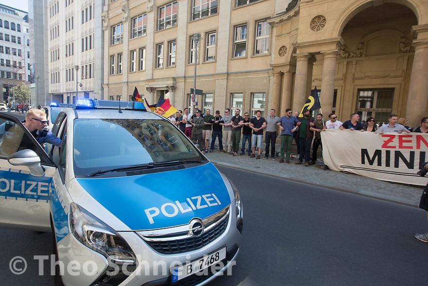 Polizisten erreichen den Schauplatz // Rund 50 Anhänger der Identitären Bewegung versuchten am Freitag das Vordach des Bundesjustizministeriums zu besetzen. Da Polizisten das verhinderten, setzten sie sich auf den Gehweg und ließen sich räumen.