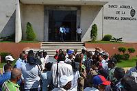 Decenas de agricultores protestaron frente al edificio principal del Banco Agrícola Dominicano hoy, jueves 14 de julide 2011, en Santo Domingo (República Dominicana), Los parceleros exigen que se le levante el impedimeto al credito agrícola para poder poner a producir sus tierras..Foto : © Roberto Guzman