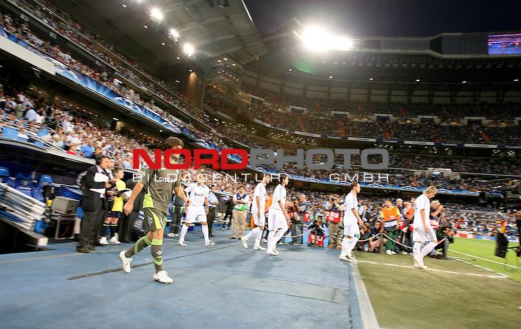 UEFA  Champions League  2007/2008 Gruppe C <br />1. Gruppenspiel - SANTIAGO BERNABEU Stadion Madrid<br />REAL MADRID vs WERDER BREMEN 2:1 (1:1)<br />Diego ( Bremen BRA #10 ) betritt das Stadion Innenfeld und l&Scaron;chelt.<br />Foto &copy; nph (  nordphoto  )<br /><br /><br /><br /> *** Local Caption ***