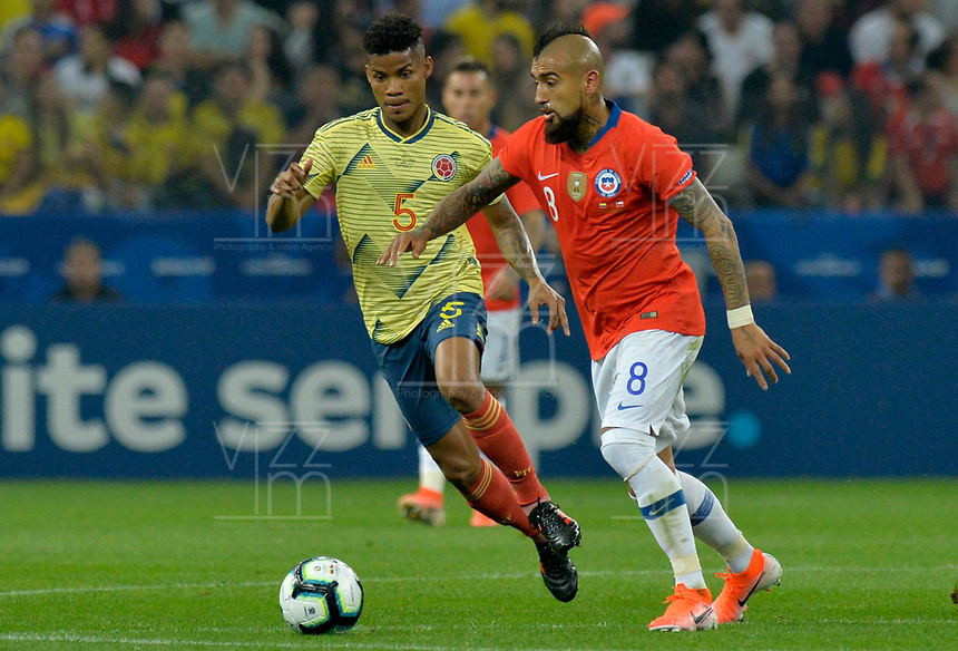 SAO PAULO – BRASIL, 28-06-2019: Wilmar Barrios de Colombia disputa el balón con Arturo Vidal de Chile durante partido por cuartos de final de la Copa América Brasil 2019 entre Colombia y Chile jugado en el Arena Corinthians de Sao Paulo, Brasil. / Wilmar Barrios of Colombia vies for the ball with Arturo Vidal of Chile during the Copa America Brazil 2019 quarter-finals match between Colombia and Chile played at Arena Corinthians in Sao Paulo, Brazil. Photos: VizzorImage / Julian Medina / Cont /