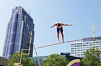 Nederland Rotterdam - juni 2018.  Evenement 010 Moves. Diverse sporten op het Schouwburgplein. Polsstokhoogspringen.   Foto mag niet in negatieve / schadelijke context gepubliceerd worden.   Foto Berlinda van Dam / Hollandse Hoogte