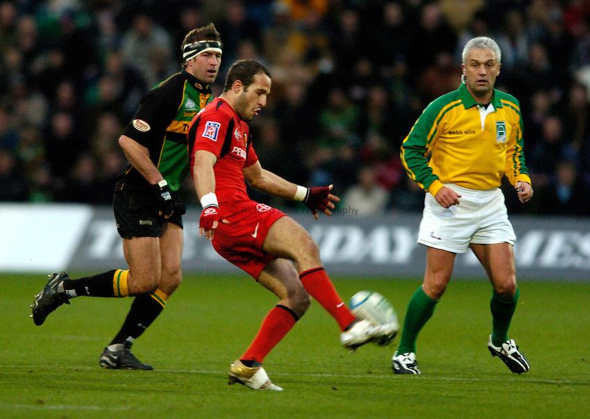 Photo: Richard Lane..Northampton Saints v Toulouse. Heineken Cup. 04/12/2004..Frederic Michalak kicks.