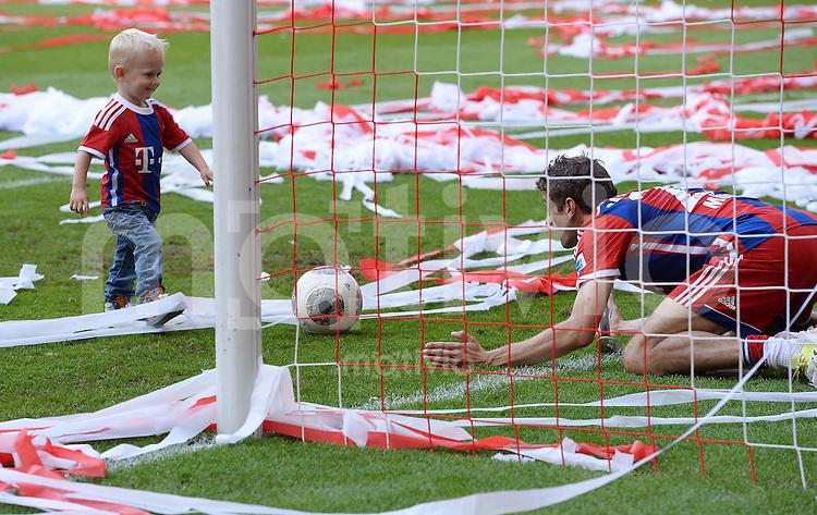 FUSSBALL   1. BUNDESLIGA   SAISON 2013/2014  34. SPIELTAG FC Bayern Muenchen - VfB Stuttgart             10.05.2014 Der FC Bayern feiert die 24. Deutsche Meisterschaft: Thomas Mueller (re) spielt mit dem Kai (li) , Sohn von Arjen Robben nach dem Spiel Fussball