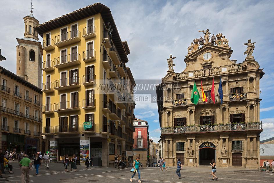 Espagne, Navarre, Pampelune, l'Hôtel de ville et l'église de San Saturnino // Spain, Navarra, Pamplona, Town Hall and San Saturnino Church