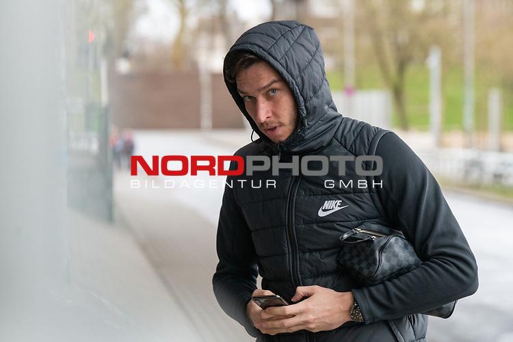 11.02.2020, Trainingsgelaende am wohninvest WESERSTADION,, Bremen, GER, 1.FBL, Werder Bremen Training, im Bild<br /> Jiri Pavlenka (Werder Bremen #01) ) in zivil mit handi<br /> <br /> Foto © nordphoto / Kokenge