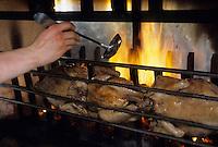 """Europe/France/Rhône-Alpes/74/Haute-Savoie/Megève: Chalets restaurant """"L'Idéal"""" au sommet du Mont d'Arbois - Cuisson des poulets à la broche"""