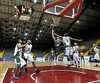 BOGOTA - COLOMBIA: 07-05-2013: Quiroz (Izq.) Piratas de Bogotá, disputa el balón con Egwuatc (Der.) de  Aguilas de Tunja mayo  7 de 2013. Piratas y Aguilas de Tunja disputaron partido de la fecha 12 de la fase II de la Liga Directv Profesional de baloncesto en partido jugado en el Coliseo El Salitre. (Foto: VizzorImage / Luis Ramirez / Staff) Quiroz (L) of Pirates from Bogota disputes the ball with Egwuatc (R) of Aguilas from Tunja May 7, 2013. Piratas and Aguilas de Tunja disputed a match for the 12 date of the Fase II of the League of Professional Directv basketball game at the Coliseo El Salitre. (Photo. VizzorImage / Luis Ramirez / Staff)