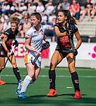 AMSTELVEEN -  Maud Renders (OR) met Yasmin Geerlings (A'dam)   tijdens de hoofdklasse competitiewedstrijd hockey dames,  Amsterdam-Oranje Rood (5-2). COPYRIGHT KOEN SUYK