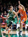 S&ouml;dert&auml;lje 2015-10-20 Basket Basketligan S&ouml;dert&auml;lje Kings - Bor&aring;s Basket :  <br /> S&ouml;dert&auml;lje Kings Nicholas Nick Spires i kamp om bollen med Bor&aring;s Mike Palm under matchen mellan S&ouml;dert&auml;lje Kings och Bor&aring;s Basket <br /> (Foto: Kenta J&ouml;nsson) Nyckelord:  S&ouml;dert&auml;lje Kings SBBK T&auml;ljehallen Bor&aring;s Basket