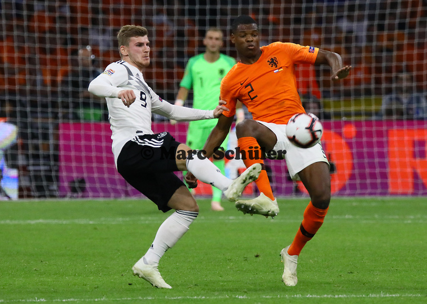 Denzel Dumfries (Niederlande) gegen Timo Werner (Deutschland Germany) - 13.10.2018: Niederlande vs. Deutschland, 3. Spieltag UEFA Nations League, Johann Cruijff Arena Amsterdam, DISCLAIMER: DFB regulations prohibit any use of photographs as image sequences and/or quasi-video.