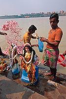 Indien, Kalkutta (Kolkata), Baden am Babu Ghat im Hooghly River (Ganges)