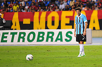 ATENCAO EDITOR: FOTO EMBARGADA PARA VEÍCULOS INTERNACIONAIS. - RIO DE JANEIRO, RJ, 16 DE SETEMBRO DE 2012 - CAMPEONATO BRASILEIRO - FLAMENGO X GREMIO - Elano, jogador do Gremio, se prepara para cobrar uma falta, durante partida contra o Flamengo, pela 25a rodada do Campeonato Brasileiro, no Stadium Rio (Engenhao), na cidade do Rio de Janeiro, neste domingo, 16. FOTO BRUNO TURANO BRAZIL PHOTO PRESS