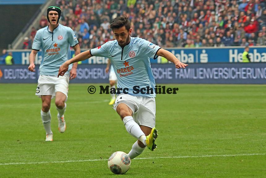 Yunus Malli (Mainz) tritt am Ball vorbei - Eintracht Frankfurt vs. 1. FSV Mainz 05