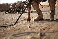 Afghanistan, 27.10.2011, Nawabad. Soldaten machen einen VP-Check und suchen an auffaelligen Stellen nach versteckten Sprengfallen. Die in Kundus stationierte 3. Task Force (ISAF) der Bundeswehr beginnt im Oktober 2011 die mehrtaegige Operation Orpheus. Durch Patrouillen in und um die Kleinstadt Nawabad (Dirstrikt Chahar Dareh) westlich von Kundus, Nordafghanistan, versuchen die rund 100 Infanteristen Rueckzugsorte Aufstaendischer unmoeglich zu machen. Unterstuetzt werden sie dabei durch einen Zug afghanischer Soldaten. Valuable Point (VP) check in Nawabad. Soldiers check suspicious spots on the road for Improvised Explosive Devices (IED). In October 2011 Kunduz based 3.Task Force started a several days operation in and around Nawabad (District Chahar Dareh), west of Kunduz, northern Afghanistan. During the Operation Orpheus about 100 german infantry soldiers went out for patrols through the town and surrounding areas, which were expected as a retreat zone of insurgents. A platoon of afghan soldiers supports the german forces. © Timo Vogt/Est&Ost, NO MODEL RELEASE !!