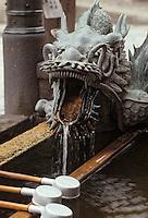 """Asie/Japon/Kyoto: Détail de la fontaine à tête de dragon du temple """"Kiyomizu-dera"""" fondé en 798 (temple bouddhiste)"""
