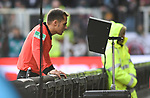 30.11.2019,  GER; 2. FBL, FC St. Pauli vs Hannover 96 ,DFL REGULATIONS PROHIBIT ANY USE OF PHOTOGRAPHS AS IMAGE SEQUENCES AND/OR QUASI-VIDEO, im Bild Schiedsrichter Robert Hartmann (Wangen) schaut auf den Videobeweis Foto © nordphoto / Witke *** Local Caption ***
