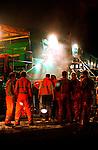 HILVERSUM - Op de snelweg A27 bij Hilversum is in het holst van de nacht door wegenbouwer KWS als test en demonstratie zoab aangelegd met een superbrede asfalteermachine. Hiermee is niet alleen sneller maar ook beter, dwz dikker, geluidsarm asfalt aangelegd.  COPYRIGHT TON BORSBOOM