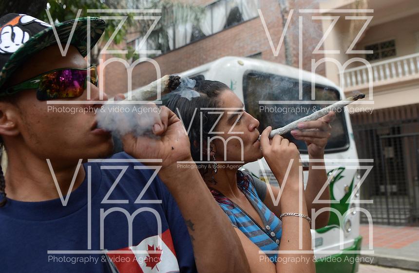 MEDELLÍN - COLOMBIA, 02-05-2015. Una pareja fuma un cigarrillo gigante de marihuana durante la Séptima Marcha Mundial de La marihuana hoy 02 de mayo de 2015 en la ciudad de Medellín, Colombia./ A couple smoke a big cigarrette of marijuana during the 7ª World March of Marijuana today May 2 of 2015 in Medellin City. Photo: VizzorImage/ León Monsalve /Cont