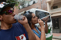 MEDELLÍN - COLOMBIA, 02-05-2015. Una pareja fuma un cigarrillo gigante de marihuana durante la Séptima Marcha Mundial de La marihuana hoy 02 de mayo de 2015 en la ciudad de Medellín, Colombia./ A couple smoke a big cigarrette of marijuana during the 7ª World March of Marijuana today May 2 of 2015 in Medellin City. Photo: VizzorImage/ León Monsalve /Cont