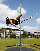 Nederland Amsterdam 2016. Intreeweek van de Universiteit van Amsterdam ( UvA ). Sport en spel bij het Science Park. De Intreeweek is de introductieweek voor de nieuwe studenten. Clinic paaldansen door de Pole Dance Factory.  Foto Berlinda van Dam / Hollandse Hoogte