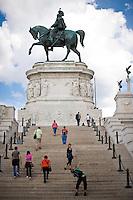 Rome continue to be one of the most visited city in the world..Roma continua ad essere una delle città più visitata al mondo.Tourist at the Vittoriano monument.Turisti in visita al Vittoriano