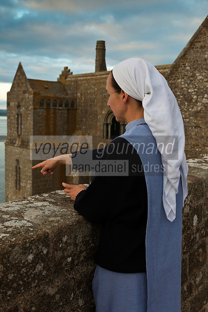 Europe/France/Normandie/Basse-Normandie/50/Manche: Baie du Mont Saint-Michel, classée Patrimoine Mondial de l'UNESCO, Mont Saint-Michel:  Soeur Claire Annaël  de la communauté des Fraternités Monastiques sur la terrasse de l'ababtiale <br />  [Non destiné à un usage publicitaire - Not intended for an advertising use]<br /> // Europe/France/Normandie/Basse-Normndie/50/Manche: Bay of Mont Saint Michel, listed as World Heritage by UNESCO,  The Mont Saint-Michel:  Soeur Claire Annaël,  Monastic Fraternities of Jerusalem [Non destiné à un usage publicitaire - Not intended for an advertising use]