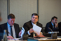 Sitzung des Innenausschuss des Berliner Abgeordnetenhaus am Montag den 8. Januar 2018. Themen der Sitzung waren u.a. die Situation an der Berliner Polizeiakademie.<br /> Die Linkspartei wollte zusaetzlich das Thema Drohbriefe gegen vermeintliche Linke behandeln. Der Inhalt und Fotos in den Drohbriefen koennen nach Angaben des innenpolitischer Sprechers der Linkspartei Hakan Tas angeblich nur aus Polizeiunterlagen stammen.<br /> Ein weiterer Tagesordnungspunkt war ein Plakat der linken Szene, auf denen Polizeibeamte abgebildet sind, die an der Raeumung eines Szenetreffpunktes im Jahr 2017 beteiligt gewesen sein sollen.<br /> Im Bild vlnr.: Staatssekretaer Torsten Akmann; Innensenator Andreas Geisel (SPD).<br /> 8.1.2018, Berlin<br /> Copyright: Christian-Ditsch.de<br /> [Inhaltsveraendernde Manipulation des Fotos nur nach ausdruecklicher Genehmigung des Fotografen. Vereinbarungen ueber Abtretung von Persoenlichkeitsrechten/Model Release der abgebildeten Person/Personen liegen nicht vor. NO MODEL RELEASE! Nur fuer Redaktionelle Zwecke. Don't publish without copyright Christian-Ditsch.de, Veroeffentlichung nur mit Fotografennennung, sowie gegen Honorar, MwSt. und Beleg. Konto: I N G - D i B a, IBAN DE58500105175400192269, BIC INGDDEFFXXX, Kontakt: post@christian-ditsch.de<br /> Bei der Bearbeitung der Dateiinformationen darf die Urheberkennzeichnung in den EXIF- und  IPTC-Daten nicht entfernt werden, diese sind in digitalen Medien nach §95c UrhG rechtlich geschuetzt. Der Urhebervermerk wird gemaess §13 UrhG verlangt.]