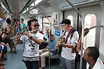 Musicos desempregados tocam nos trens da CPTM. Sao Paulo. 2016. Foto de Marcia Minillo.