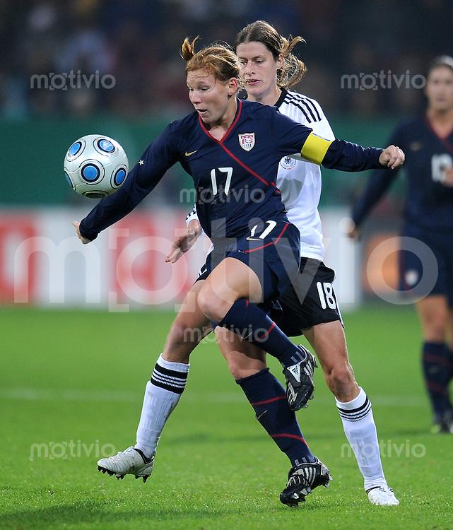 Fussball Laenderspiel :  Saison   2009/2010   29.10..2009 Frauen Nationalmannschaft , Deutschland , GER - USA Kerstin Garefrekes (re, GER) gegen Lori Chalupny (li, USA)