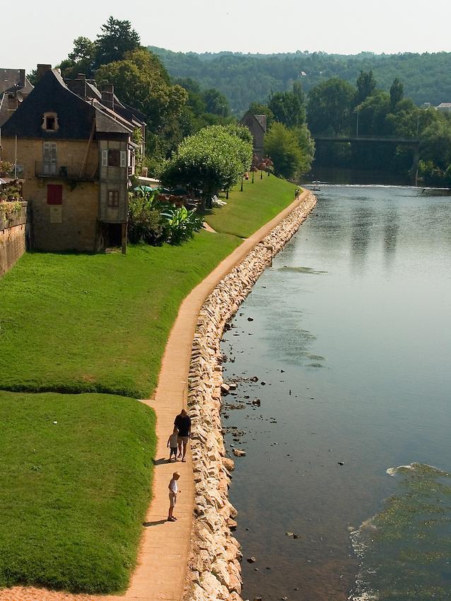 A Montignac, les bord de la Vezere sont amenages en promenade.<br /> In Montignac, the edge of Vezere are arranged in walk.