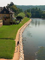 A Montignac, les bord de la Vezere sont amenages en promenade.<br /> In Montignac, the edge of Vezere are arranged in walk.