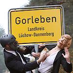 03.11.2010, Proteste Castortransporte, Gorleben, GER, Eine Angela Merkel Parodie im gespielten Dialog mit der Atomlobby, Foto © nph / Kohring