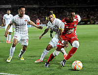 BOGOTA- COLOMBIA – 29-10-2015: Luis Quiñonez (Der.) jugador del Independiente Santa Fe de Colombia, disputa el balon con Gustavo Toledo (Izq.) y Martin Benitez (Cent.) jugadores de Independiente de Avellaneda de Argentina, durante partido de vuelta entre Independiente Santa Fe de Colombia y el Independiente de Avellaneda de Argentina, por los cuartos de final de la Copa Suramericana en el estadio Nemesio Camacho El Campin, de la ciudad de Bogota.  / Luis Quiñonez (R) player of Independiente Santa Fe of Colombia, figths for the ball with Gustavo Toledo (L) and Martin Benitez (C) players of Independiente de Avellaneda of Argentina, during a match for the second round between Independiente Santa Fe of Colombia and Independiente de Avellaneda of Argentina for the second round for the quarterfinals of the Copa Sudamericana in the Nemesio Camacho El Campin in Bogota city. Photos: VizzorImage / Luis Ramirez / Staff.