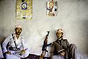Irak 1985.Dans les zones libérées, région de Lolan, a droite Sajji Barzani chez un particulier.Iraq 1985.In liberated areas, Lolan district, right Sajji Barzani  in a private house