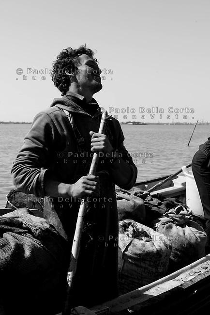 Venezia - Emiliano uno dei pochi giovani che ha deciso di fare il pescatore.