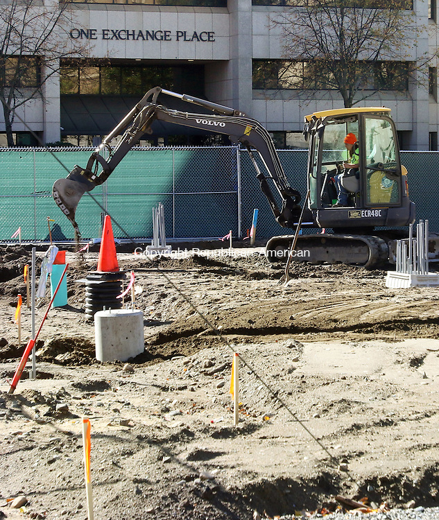 WATERBURY CT. 31 October 2016-103116SV04-Construction continues on the green in Waterbury Monday.<br /> Steven Valenti Republican-American