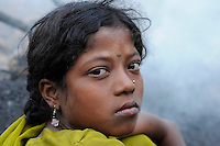 INDIEN Jharia Kinder sammeln Kohle am Rande eines offenen Kohletagebaus der BCCL Ltd zum Verkauf als Koks auf dem Markt | .INDIA Jharkhand Jharia, families and children collect coal from coalfield of BCCL Ltd. to sell after coking on the market for their  livelihood, Suman 11 years old