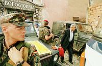UNHCR-Mitarbeiter evakuieren serbische Fluechtlinge aus der Klosterschule in Prizren. 86 von 230 Fluechtlingen duerfen in den serbischen Teil Jugoslawiens gebracht werden. In der Klosterschule sitzen gefluechteten Serben, Albaner, Roma und Katholiken wie in einem Gefaengnis. Deutsche KFOR-Soldaten sind fuer ihren Schutz verantwortlich und halten sich rund um die Uhr vor und in dem Gebaeude auf.<br /> Prizren/Jugoslawien, 2.8.1999<br /> Copyright: Christian-Ditsch.de<br /> [Inhaltsveraendernde Manipulation des Fotos nur nach ausdruecklicher Genehmigung des Fotografen. Vereinbarungen ueber Abtretung von Persoenlichkeitsrechten/Model Release der abgebildeten Person/Personen liegen nicht vor. NO MODEL RELEASE! Don't publish without copyright Christian-Ditsch.de, Veroeffentlichung nur mit Fotografennennung, sowie gegen Honorar, MwSt. und Beleg. Konto: I N G - D i B a, IBAN DE58500105175400192269, BIC INGDDEFFXXX, Kontakt: post@christian-ditsch.de<br /> Urhebervermerk wird gemaess Paragraph 13 UHG verlangt.]