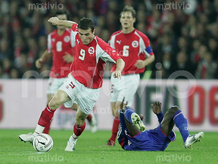 Fussball International WM Qualifikation Schweiz 1-1 Frankreich Alexander Frei (SUI,li) gegen Claude Makalele (FRA,Boden)und Johann Vogel (hinten)