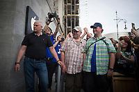 Berlin, Die ersten Kunden Christian Henkel (M.) und Oliver Wiszorek (r.) warten am Mittwoch (01.05.13) in Berlin vor den neuen Applestore am Kurfürstendamm. Foto: Timur Emek/CommonLens