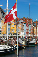 Denmark, Zealand, Copenhagen: View along Nyhavn (New Harbour) canal lined with boats and former merchant's houses | Daenemark, Insel Seeland, Kopenhagen: Nyhavn, der Neue Hafen, beliebtes Touristenziel mit den vielen Booten und Giebelhaeusern
