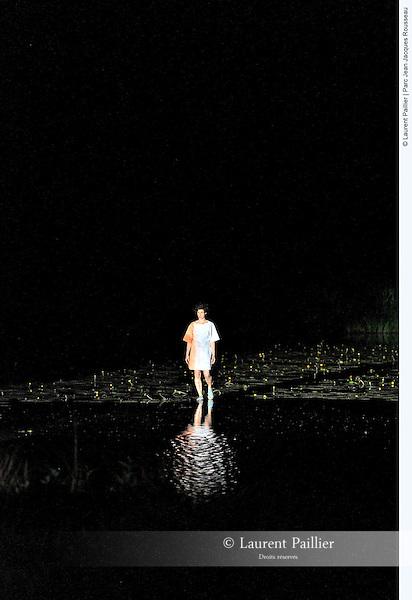 L'étang suspendu<br /> <br /> Conception : Vincent Dupont. <br /> Danse : Aline Landreau, Vincent Dupont. <br /> Lumière : Yves Godin.<br /> Son : Maxime Fabre. <br /> Collaboration artistique : Myriam Lebreton. <br /> Production : J'y pense souvent (…)<br /> Lieu : Parc Jean Jacques Rousseau<br /> Ville : Ermenonville<br /> Date : 07/06/2014