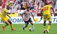 BARRANQUILLA -COLOMBIA- 18-08-2013. Maicol Ortega ( Centro) jugador del Atletico Junior disputa el balon   contra Fram Pacheco (Izqu) y Rene Rossero ( Der) del Deportivo Pasto.   ,  partido correspondiente a la cuarta fecha de La  Liga Postobonn segundo semestre disputado en el estadio  Metropolitano / Maicol Ortega (center) Atletico Junior player dispute the ball against Fram Pacheco (L) and RenŽ Rossero (R) Deportivo Pasto. , Game in the fourth round of La Liga Postobonn second half played at Metropolitan Stadium. Photo: VizzorImage / Alfonso Cervantes  / Stringer