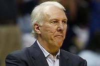 MEM06. TENNESSEE (EEUU), 25/04/2011.- El entrenador de los Spurs de San Antonio Gregg Popovich observa a sus jugadores ante los Grizzlies de Memphis hoy, lunes 25 de abril de 2011, en un partido de los cuartos de final de la NBA disputado en el FedExForum de Memphis (EEUU). EFE/MIKE BROWN/PROHIBIDO SU USO PARA CORBIS