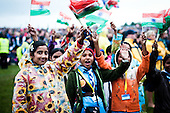 Indian girls is waving their flags and have fun at the opening ceremony. Photo: Audun Ingebrigtsen / Scouterna